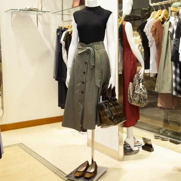 トレンチスカート・19,440円/ニット・10,800円