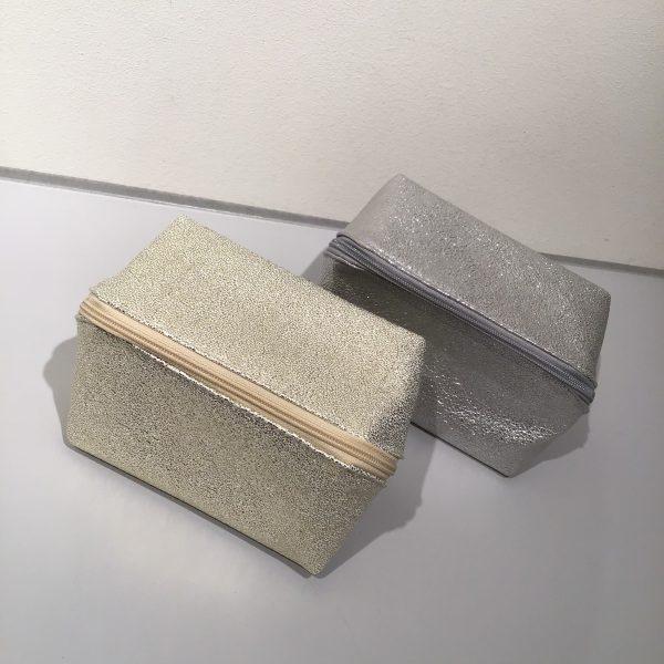 キラキラ素材のポーチ