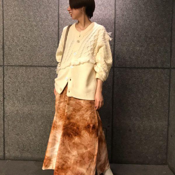 タイダイ柄のベロアスカートで女子コーデ